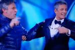 Un uomo fa irruzione sul palco e interrompe Fiorello - Video