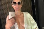 I selfie allo specchio di Elizabeth Hurley fanno impazzire il web, 52 anni da favola - FOTO