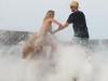 Kate Upton in topless sugli scogli ma un'onda la travolge - Video