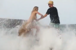 Kate Upton in topless sugli scogli ma un'onda la travolge - Video