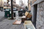 Cassonetto sulle strisce pedonali e rifiuti sul marciapiede in via Enrico Albanese