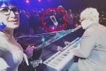 Collana in faccia a Elton John durante il concerto