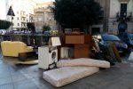 Mobili abbandonati per strada, il marciapiede di via Juvara diventa una discarica - Foto