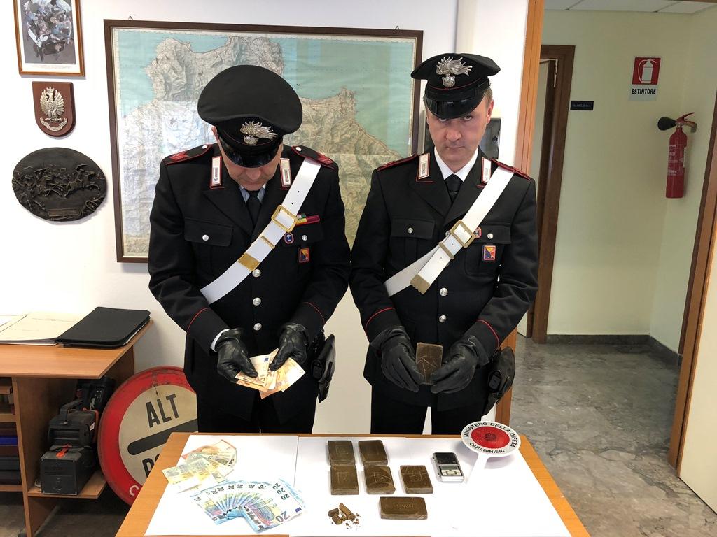 Palermo, arrestati padre e figlio: custodivano 700 grammi di hashish