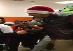 Giacca di pelle e cappello da Babbo Natale. La sorpresa di Obama
