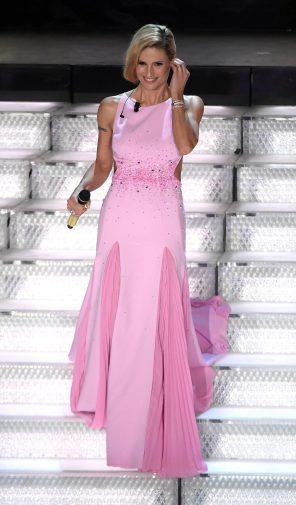 564daae1df Stile retrò per Michelle Hunziker, sul palco dell'Ariston con abiti ...