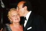 20051126 - ROMA - SPE : CINEMA: FESTIVAL SALERNO; RICCIARELLI, BAUDO LO RISPOSEREI Il soprano Katia Ricciarelli riceve un bacio dal marito Pippo Baudo in un'immagine d'arcivio del 17 agosto 2000. ''Lo ammetto, Pippo non riesco ancora a chiamarlo ex. Se lo amo? Di sicuro gli voglio un gran bene''. Katia Ricciarelli, al Festival del Cinema di Salerno, parla con tranquillita' del rapporto con il suo ex marito Pippo Baudo. ''Cosi' come all'inizio non riuscivo a chiamarlo marito, visto che il matrimonio era arrivato in tarda eta', cosi' ora non riesco a chiamarlo ex - dice la Ricciarelli - preferisco chiamarlo Pippo''. ''L'incontro che abbiamo avuto a 'Domenica In' e' stato bellissimo - aggiunge la Ricciarelli - sono sicura che ha emozionato non solo noi ma anche tutti gli italiani che hanno seguito la nostra storia''. Alla domanda di un possibile ritorno con Pippo Baudo risponde: ''Se tornassi indietro lo risposerei. Non si puo' pero' tornare indietro''. ARCHIVIO / ANSA / PAL