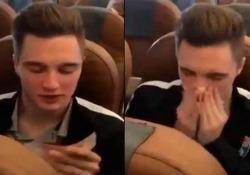 Il calciatore russo si soffia il naso con una banconota da 5000 rubli