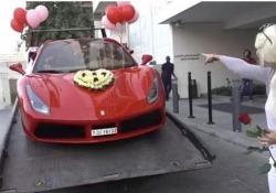 Il regalo esagerato per San Valentino: una Ferrari con mille rose rosse