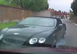 La Bentley si schianta a tutta velocità contro l'auto del pensionato
