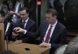 La pistola fumante: Navalny gioca con il fidget spinner