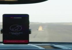 La Porsche Panamera guidatacon un telefonino Huawei