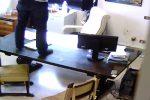 L'ex pm di Siracusa arrestato, a caccia di microspie nella sua stanza - Foto