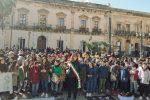 Manifestazione antiviolenza ad Augusta, in 1500 scendono in piazza