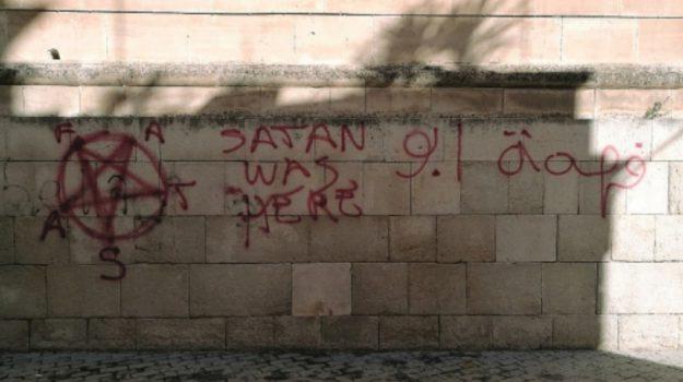 Modica scritte muro sataniche, Ragusa, Cronaca