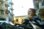 Giornalista Rai aggredita dalla moglie di un boss per una domanda - Video