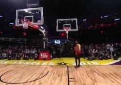 NBA, Donovan Mitchell segna in schiacciata su due canestri