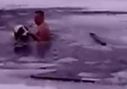 Nudo nel ghiaccio: il padrone salva il cane intrappolato. Il salvataggio è emozionante