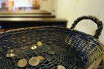 """""""Offerte in centesimi e di poco valore"""", prete di Modica le getta per strada"""