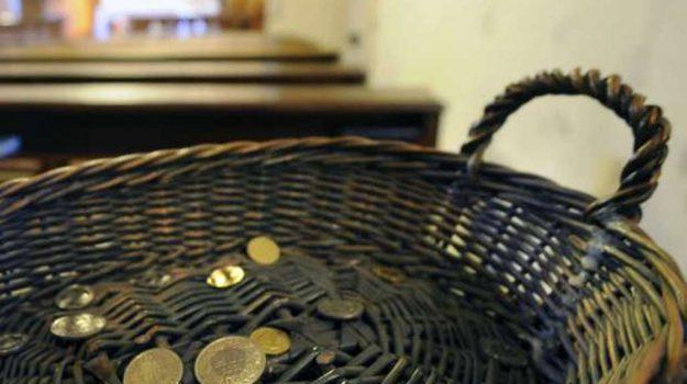 Prete getta offerte fuori dalla chiesa, Ragusa, Cronaca