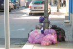 Operatori senza stipendi, strade invase dai rifiuti a Portopalo