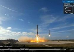 Space X, i razzi del Falcon Heavy rientrano sulla Terra e sono perfettamente sincronizzati