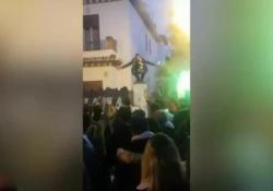 Spagna, il tifoso del Betis incita gli ultras ma poi cade dal muretto
