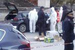 Spara da un'auto agli immigrati: terrore a Macerata, 6 feriti