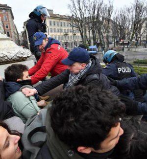 Sale la tensione a Milano, studenti sul monumento contro il comizio di Casapound