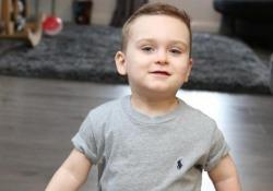 Taylor, 3 anni, fa i suoi primi passi con le sue nuove protesi