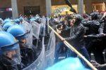 Tafferugli tra centri sociali e forze dell'ordine durante il corteo del Primo Maggio a Torino, 1 maggio 2017.ANSA/ALESSANDRO DI MARCO