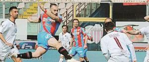 Il Catania si complica la vita ma batte la Reggina, vetta più vicina