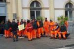 Senza stipendi da mesi, protestano gli operatori ecologici di Giarre