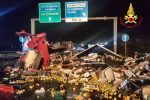 Tir si ribalta e perde carburante, le immagini dell'incidente in tangenziale a Catania