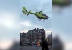 Amsterdam, la manovra azzardata dell'elisoccorso: atterraggio sul ponte in centro città