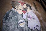 Il murales con l'immagine di Luigi di Maio e Matteo Salvini che si baciano disegnato su un muro a Roma