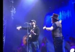 Bari, Checco Zalone irrompe a sorpresa sul palco di Zucchero e canta «Angela»