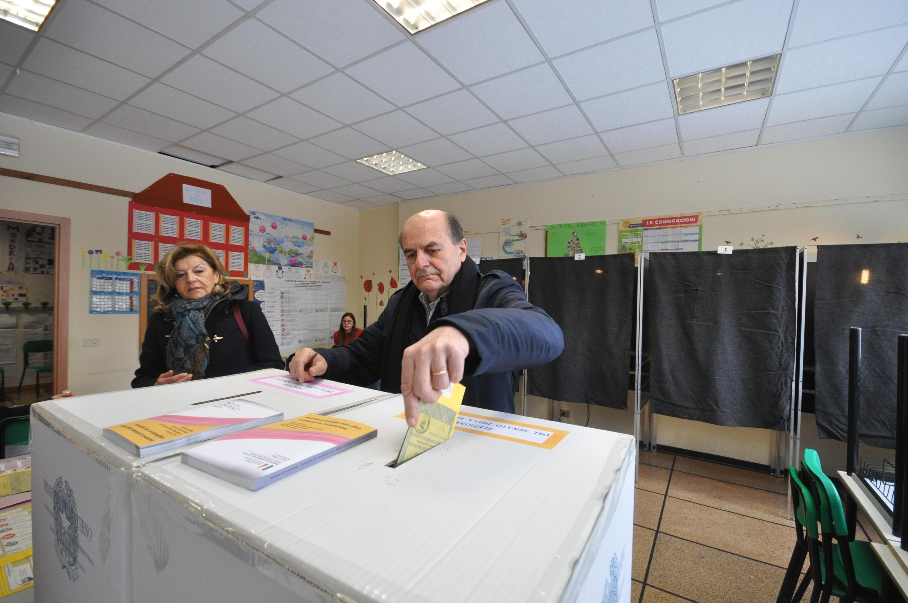 Elezioni 2018, voto Bersani a rischio: infila la scheda lasciando il tagliando