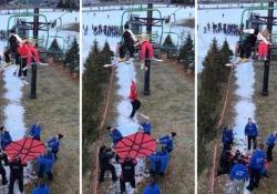 Bimba cade dalla seggiovia: volo di 8 metri sul telo di salvataggio