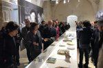 Lola Durán Úcan accompagna il sindaco Corrado Bonfanti nella sala che ospita le opere in ceramica di Pablo Picasso