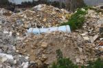 Discarica abusiva di 3 ettari a Palermo: carcasse d'auto, eternit e liquami fra le case dello Zen