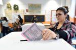 Politiche, alle urne tra code e ritardi Il bollino antifrode rallenta il voto Alle 19 affluenza al 58%, Sicilia ultima