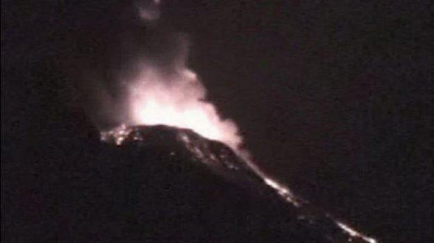 Violente esplosioni nello Stromboli, emesso materiale incandescente