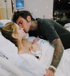 È nato Leone, il figlio di Fedez e Chiara Ferragni: la sua prima foto social