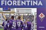 """Maxi telo """"Grazie Capitano"""" e maglie numero 13: la Fiorentina in campo dopo la morte di Astori"""