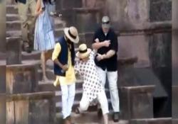 Hillary Clinton scivola due volte mentre scende le scale