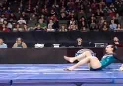 Il brutto incidente della ginnasta: atterra in malo modo e si frattura il femore