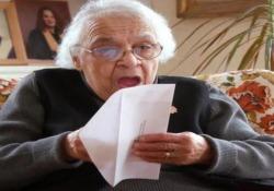Il momento in cui la 73enne canadese vede per la prima volta la banconota con sopra sua sorella attivista
