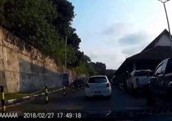 Il motociclista buttato a terra da una barra di ferro sul camion