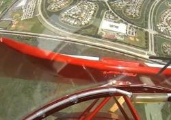 Il motore dell'aeroplano acrobatico si spegne in volo. Ecco come va a finire